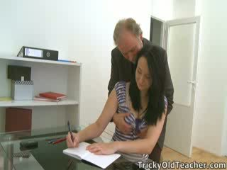 Tiffany ال تلميذة gives طريق إلى لها teacher's advances