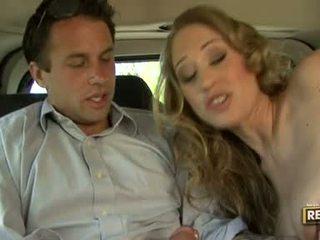 Гаряча блонди abby rode deliciously pleasures її рот з a пеніс plugged на він