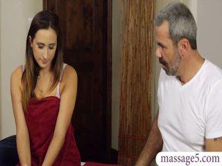 Sexy client ashley adams chatte banged par en chaleur masseur