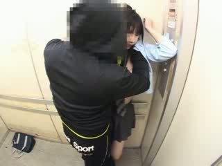 Schoolgirls ledhatim në një shkollë elevator