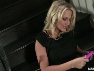 مفلس حار كتكوت alanah rae gets أيضا جنسي إلى مقبض في ال stairs إلى an عمل