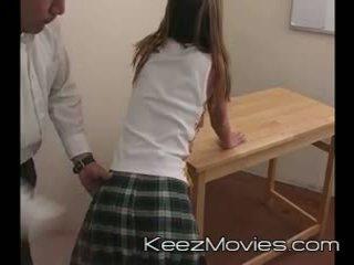 Kimberly נוער spanked ל ישן ב כיתה - רכבת wreck