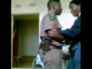 Polícia chefe enjoying female junior oficial escondido câmara