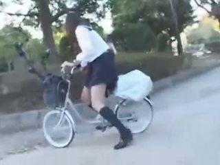 Japonais fille chevauchée une vibrating vélo thru la ville (public squirting)