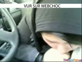 Arab hijab flicka sugande balle i bil i bil