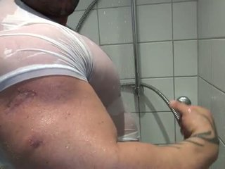 Bi sexuálne bodybuilder takes a sprcha a mast