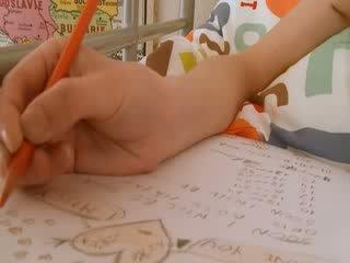 Tenåring skolejente doing hole homework