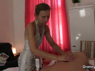 Vana masseuse gets tema karvane tuss pounded