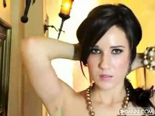 Uly emjekli brunet jana erin avery strips and flashes her seksual body