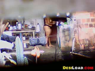 인도의 매춘부 washing 그녀의 고양이