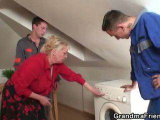Two repairmen dalintis krūtinga močiutė