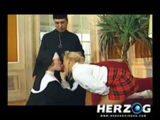 Bavarian pelajar putri dan biarawati banged keras oleh priest