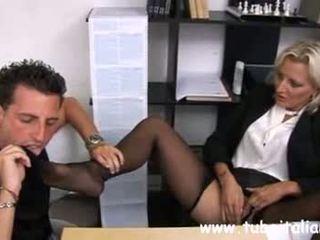 Italia diwasa female manager