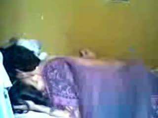 Indonesisch romantic teen pärchen machen liebe im schlafzimmer