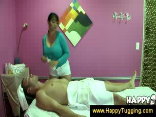 Orientaalne massaaž masseuse handjobs wanking onaneerimine käsitöö tugging tug töö riietes naine paljaste meestega suur prohmakas bigtits bigboobs