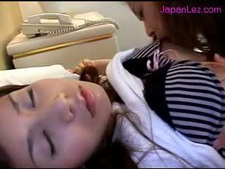 Aziatike vajzë getting të saj thithka sucked pidh rubbed ndërsa 3 rd vajzë duke fjetur në the krevat