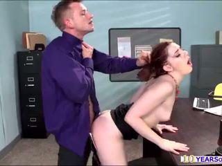 熱 紅發 ember 石 gets 她的 屁股 cheeks spanked 由 一 大 迪克