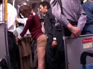 Młody collegegirl reluctant publiczne autobus orgazm