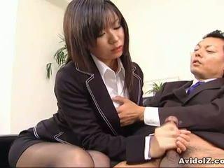 Sexy secretara satomi maeno sucks an urat penis!