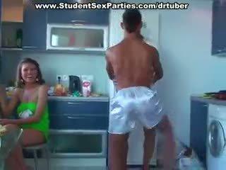 Opiskelija pyjamas puolue ends ylös kuten an vimma
