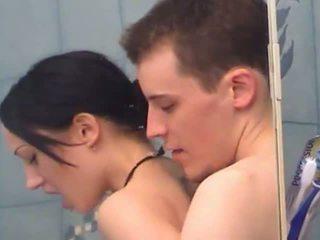 Секси тийн момиче gets fingered под душ